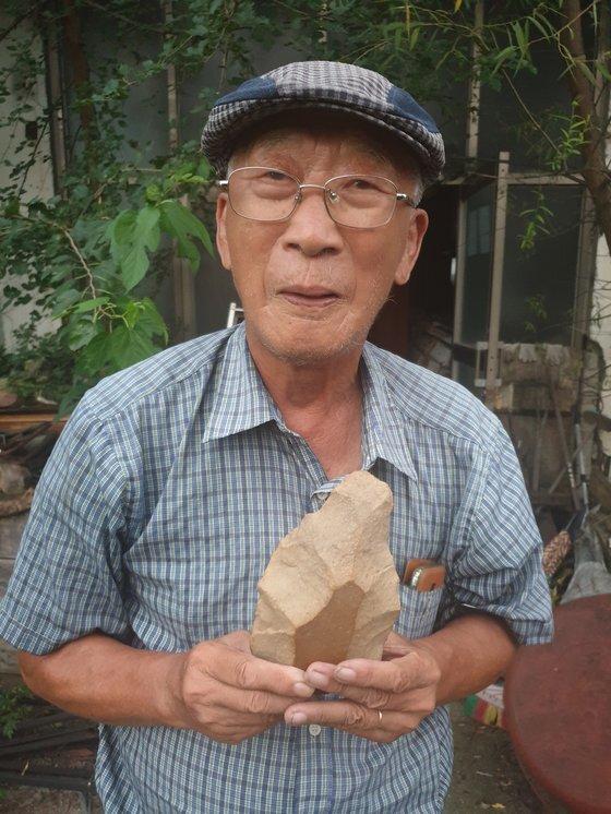 최무장 전 건국대박물관장이 임진강 변에서 채집한 '아슐리안형 주먹도끼'를 소개하고 있다. 전익진 기자