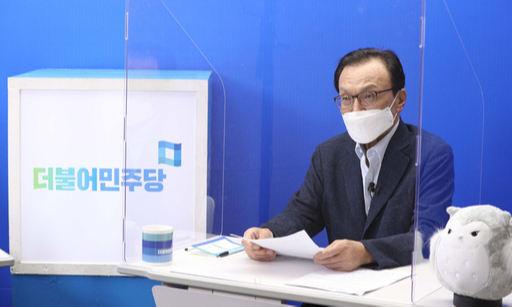 더불어민주당 이해찬 대표가 28일 서울 여의도 민주당사에서 당 유튜브 채널 '씀TV'를 통해 비대면 퇴임 기자간담회를 하고 있다. 국회사진기자단