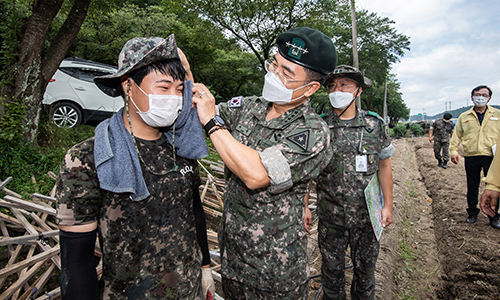 서욱 육군참모총장이 수해복구 지원작업 중인 육군 장병을 격려하고 있다. 육군 제공
