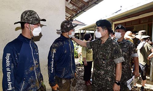 서욱 육군참모총장이 수해복구 지원작업에 참여한육군 장병을 격려하고 있다. 육군 제공