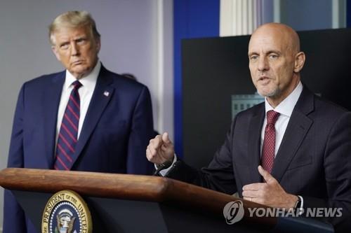 도널드 트럼프(왼쪽) 대통령과 스티븐 한 미 FDA 국장이 23일(현지시간) 미 워싱턴 백악관에서 혈장을 이용한 코로나19 치료법을 긴급승인했다고 발표하고 있다. [AP=연합뉴스]