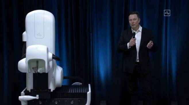 일론 머스크 뉴럴링크 최고경영자(CEO)는 이날 시연회에서 칩 이식 수술을 자동으로 할 수 있는 임플란트 로봇 V2도 선보였다. 유튜브 캡처