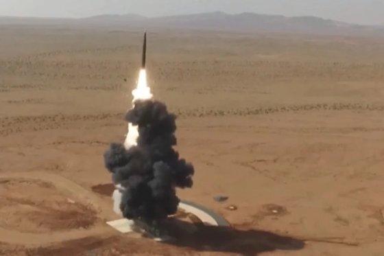 중국 인민해방군이 '항공모함 킬러'로 불리는 둥펑-26 중거리탄도미사일(MRBM)을 발사하는 장면. [사진 81.cn]