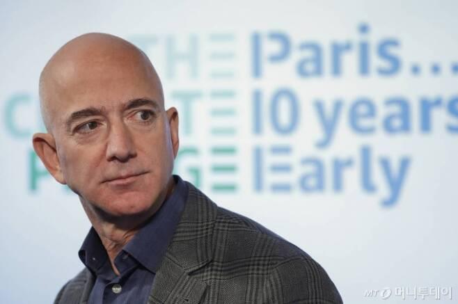 [워싱턴=AP/뉴시스] 제프 베이조스 아마존 최고경영자(CEO)가 지난해 9월19일(현지시간) 미국 워싱턴에서 기자회견에 참석한 모습.베이조스는 로스앤젤레스에서 1억6500만달러짜리 초호화 저택을 사들인 것으로 12일(현지시간) 알려져 화제가 됐다. 2020.02.13.