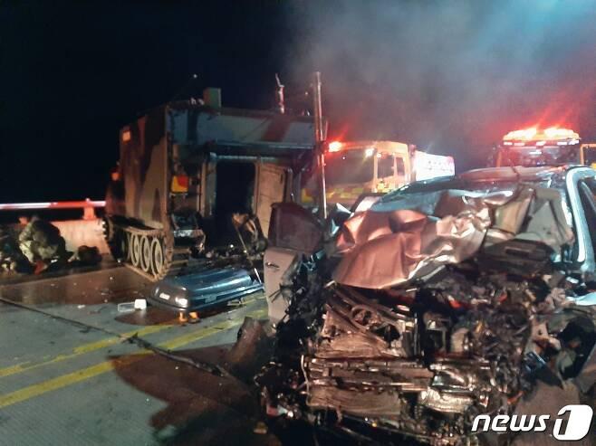 30일 오후 9시27분께 포천시 관인면 중리 영로대교에서 50대 남성이 몰던 SUV차량이 미군 장갑차를 들이받았다. (사진=포천소방서) © 뉴스1