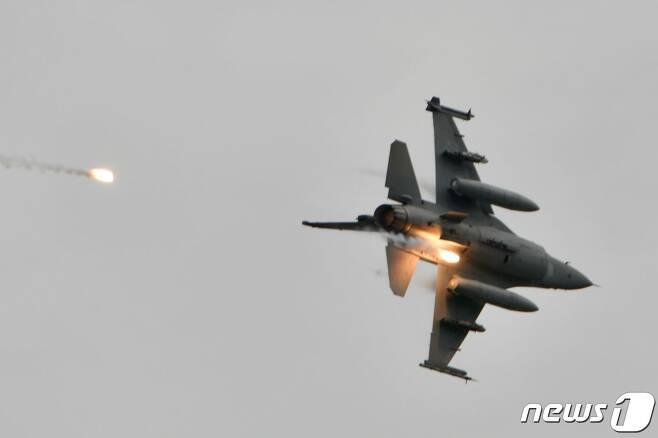 지난달 16일 대만 타이중 연례 군사훈련에서 불꽃을 내뿜고 있는 미국산 F-16V 전투기. © AFP=뉴스1