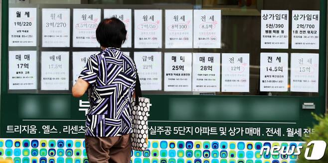 서울시내 한 부동산 공인중개사 사무소에 매물 전단이 붙어있다. © News1 황기선 기자