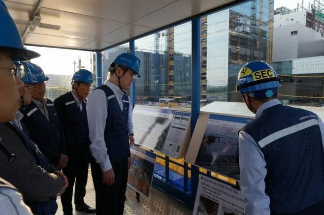 지난해 8월9일 삼성전자 평택2라인 건설 현장을 살펴보는 이재용 부회장. /사진제공=삼성전자
