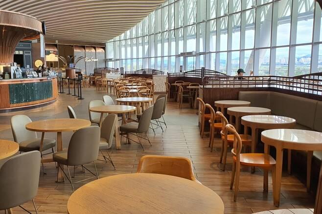 31일 낮 수도권 대형쇼핑몰의 푸드코트 모습. 점심 시간 직전이지만 대부분의 좌석이 비어 있었다. /사진=김남이 기자