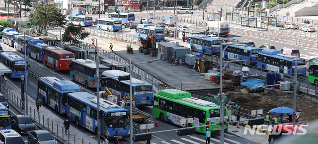 [서울=뉴시스] 이영환 기자 = 지난 25일 오전 서울 중구 서울역버스환승센터를 지나는 다수의 버스가 보이고 있다. 2020.08.25. 20hwan@newsis.com