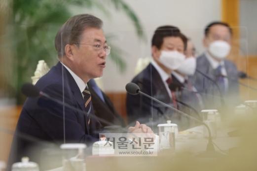 - 문재인 대통령이 27일 청와대 본관에서 열린 한국 개신교회 지도자 초청 간담회에서 발언하고 있다.  문 대통령은 신종 코로나바이러스 감염증(코로나19) 확산 방지를 위한 정부의 방역 노력에 교회가 적극적으로 협조해줄 것을 당부했다. 2020. 8. 27 도준석 기자pado@seoul.co.kr
