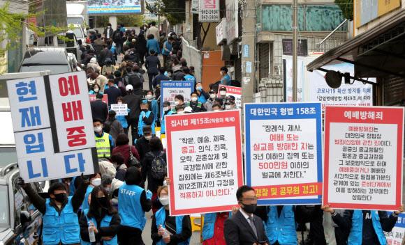 - 19일 오전 서울 성북구 사랑제일교회에서 신도들이 주일예배에 참석하고 있다. 2020.4.19 연합뉴스