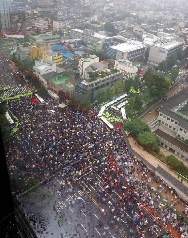 보수단체들이 지난달 15일 서울 종로구 광화문 광장 열린  8·15 대규모 집회에 참가한 가운데 집회를 마친후 경찰 저지선을 뚫고 사직로에서 청와대로 가는길로 몰려와 경찰들과 대치하고 있다. 사진=뉴시스