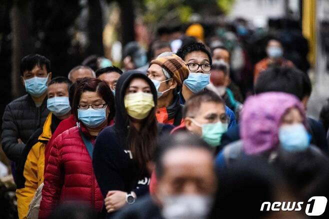 중국발 신종 코로나바이러스 감염 예방을 위해 마스크 쓴 홍콩 시민들이 5일(현지시간) 새로 마스크를 구입하기 위해 몇 시간째 밖에 줄 서 있다. © AFP=뉴스1