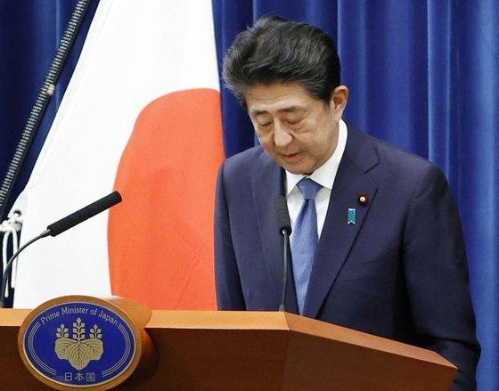 아베 신조(安倍晋三) 일본 총리가 지난 28일 오후 총리관저에서 열린 기자회견에서 사의 의사를 밝히며 고개 숙여 인사하고 있다. [연합뉴스]
