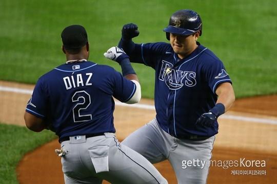 홈런을 때려낸 후 디아즈와 기쁨을 나누는 최지만(사진=게티이미지 코리아)