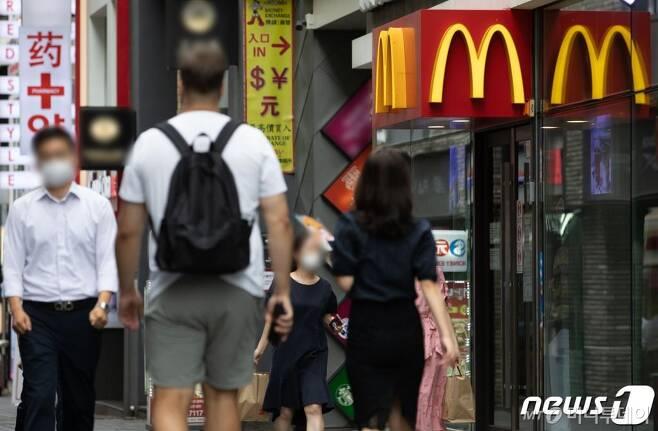 (서울=뉴스1) 이재명 기자 = 31일 서울 시내의 한 햄버거 전문점 앞으로 시민들이 지나가고 있다.  사회적 거리두기 2.5단계 시행으로 프랜차이즈형 커피전문점에 대해 취식이 불가능하면서 실내 취식이 가능한 패스트푸드 전문점을 찾는 시민들이 늘어나고 있다. 2020.8.31/뉴스1