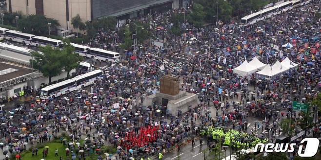 보수단체 회원들이 지난달15일 서울 종로구 광화문광장에서 집회를 하고 있다. 2020.8.15/뉴스1 © News1 김명섭 기자