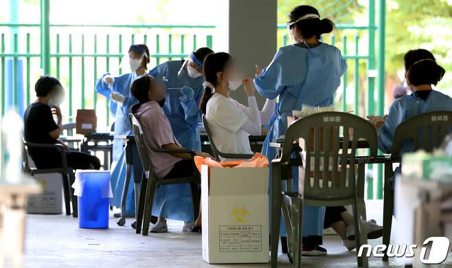 지난달 23일 인천 서구 불로중학교 학생 1명이 확진돼 이 학교 학생들과 교직원들이 검사를 받고 있다.(뉴스1DB)