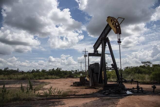 세계 원유 매장량 1위인 베네수엘라의 원유 생산이 곧 제로(0)로 떨어질 것이라는 전망이 나왔다. 21년째 이어진 좌파 포퓰리즘 정권의 경제 실정과 미국의 경제제재가 겹치면서 자원이 넘쳐나도 생산을 못하는 지경에 이른 것이다. 사진은 베네수엘라 주요 유전지대인 오리노코 벨트에 설치된 석유생산시설의 모습./블룸버그