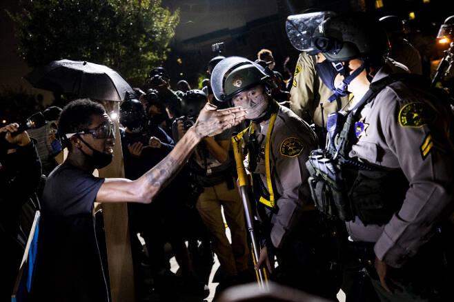 지난달 31일(현지시간) 흑인 남성 디잔 키지(29)가 경찰관 2명의 총격을 받고 즉사하는 사건이 벌어지자 미국 시민들이 로스앤젤레스에서 항의 시위를 벌이고 있다. 로스앤젤레스|EPA연합뉴스