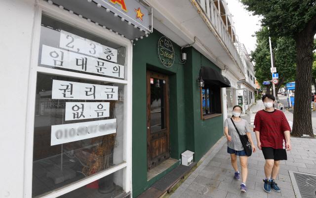 정부가 코로나19 재확산에 따른 사회적 거리두리 2.5단계를 시행하면서 음식점 등 자영업 매출이 급락하고 있는 가운데 1일 서울 시내 핵심 상권 중 하나인 삼청동의 한 가게가 문앞에 '권리금 없음'이라는 안내문을 붙여 놓고 새 주인을 찾고 있다.  /권욱기자