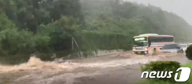 제9호 태풍 '마이삭(MAYSAK)'이 북상한 2일 오후 제주 서귀포시 색달동 색달천이 폭우로 범람해 차량이 정체되고 있다.(제주소방안전본부 제공)2020.9.2/뉴스1 © News1 오현지 기자