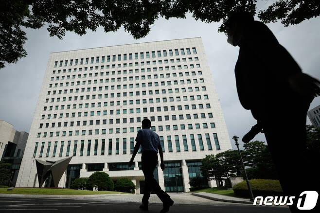 28일 서울 서초구 대검찰청에서 직원들이 출근하고 있다. 2020.8.28/뉴스1 © News1 안은나 기자