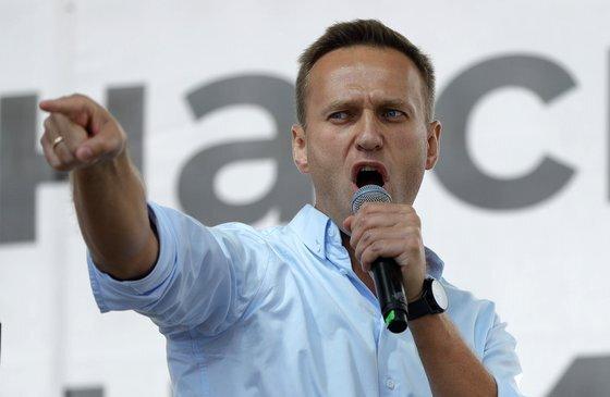 """독일 정부는 혼수상태에 빠진 러시아의 야권 운동가 알렉세이 나발니(44)에 대한 검사 결과 신경작용제인 노비촉(Novichok)이 사용된 """"명백한 증거""""가 발견됐다고 밝혔다. AP=연합뉴스"""