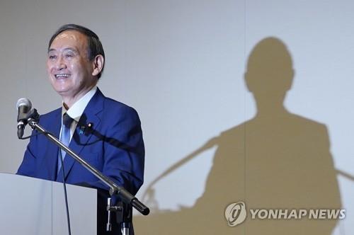 차리 총리 노리는 스가 (도쿄 EPA=연합뉴스) 스가 요시히데(菅義偉) 일본 관방장관이 2일 오후 도쿄에서 차기 자민당 총재 선거에 출마하겠다는 뜻을 밝히는 기자회견을 하고 있다. 자민당 총재가 되는 것은 사실상 일본의 총리가 되는 것을 의미한다.