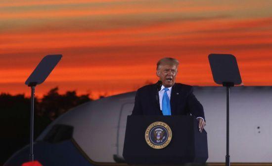 """트럼프 대통령이 3일 펜실베이니아주에서 연설하고 있다. 그는 이날 """"개나 고양이도 투표용지를 받았다""""며 우편투표에 대해 비판했다. [이미지출처=로이터연합뉴스]"""