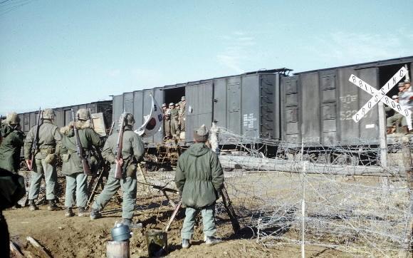 6·25 전쟁 당시 북한에 억류됐다가 중공군과 교환돼 송환되는 포로들을 미군이 만나고 있는 모습.연합뉴스