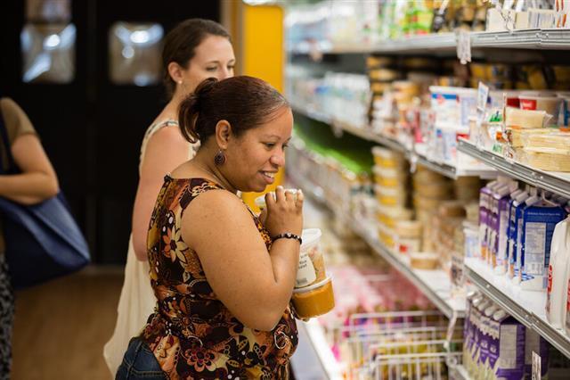 미국의 비영리 슈퍼마켓 '데일리 테이블'의 한 매장에서 소비자들이 '못난이'(등급 외) 농산물로 만든 식품들을 사고 있다.데일리 테이블 홈페이지 캡처