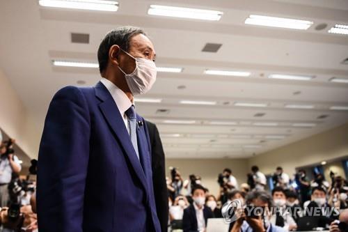 (도쿄 AFP=연합뉴스) 스가 요시히데 일본 관방장관이 2일 오후 일본 도쿄도에서 기자회견에 참석하고 있다.