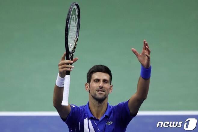 5일  5일(한국시간) 미국 뉴욕의 빌리진 킹 내셔널 테니스 센터에서 열린 대회 남자 단식 3라운드에서 얀-레나르트 스트러프(29위‧독일)를 3-0을 꺾고 기뻐하는 노바크 조코비치(1위·세르비아). © AFP=뉴스1