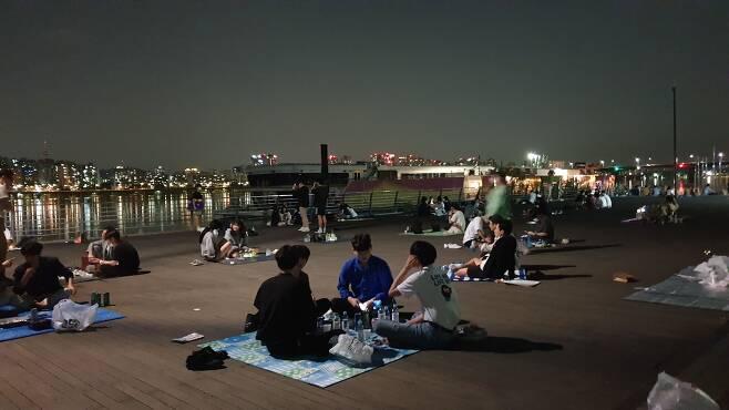 4일에서 5일로 넘어가는 오전 12시 20분쯤여의도한강공원에 시민들의 술자리가 계속되고 있다. 밤이 깊어지자 클럽음악을 틀고 따라부르는 이들, 헌팅을 하는 이들도 나타났다. /조유진 기자