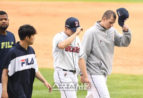 플렉센(오른쪽)과 두산 선수단. 사진 | 김도훈기자 dica@sportsseoul.com