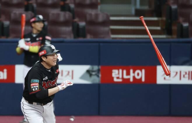 6일 키움전에서 8회초 마무리 조상우를 상대로 적시타를 때려내는 유한준. / 연합뉴스