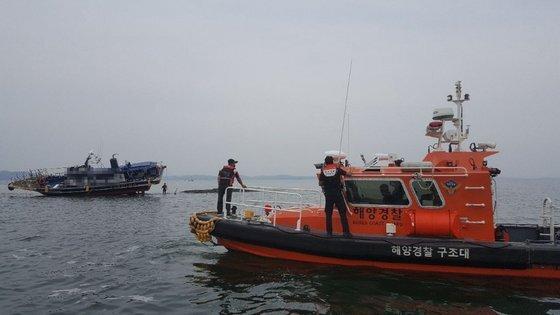 지난 5일 오전 충남 홍성군 천수만 해상에서 승객 18명을 태운 낚싯배가 암초에 좌초된 뒤 아슬아슬하게 걸려 있다. [사진 보령해경]