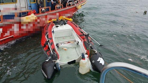 지난 5일 오전 충남 보령시 원산도 해상에서 낚싯배와 충돌한 고무보트가 침수돼 있다. [사진 보령해경]