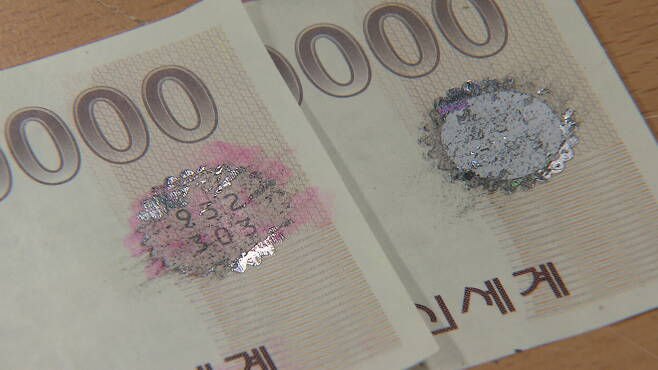 정상 상품권(왼쪽)은 은박을 긁으면 숫자가 깨끗하게 보이지만, 위조 상품권(오른쪽)은 위조 과정에서 훼손돼 제대로 보이지 않는다.
