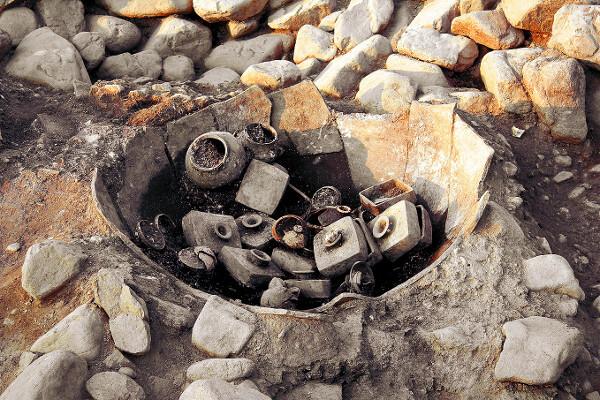 경북 경주 서봉총에서 발굴된 큰 항아리에는 동물 유체 등이 담긴 그릇들이 들어있다. 신라 왕족이 돌고래, 성게, 복어 등을 먹었음을 알 수 있다. 국립중앙박물관 제공