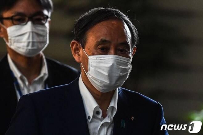 차기 총리로 급부상하는 스가 요시히데 일본 관방장관이 31일(현지시간) 마스크를 쓰고 도쿄 총리관저에 도착을 하고 있다./사진=(도쿄 AFP=뉴스1)