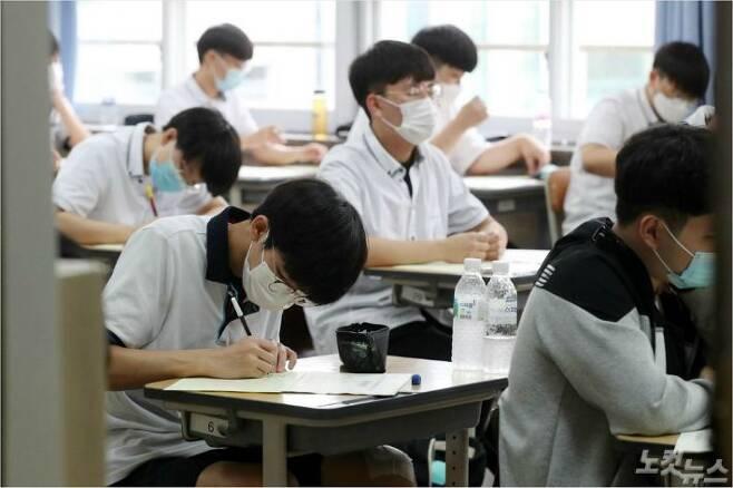 2021학년도 수능 6월 모의평가가 치러진 지난 6월 18일 오전 서울 여의도고등학교에서 고3 수험생들이 시험을 치르고 있다. 이한형기자