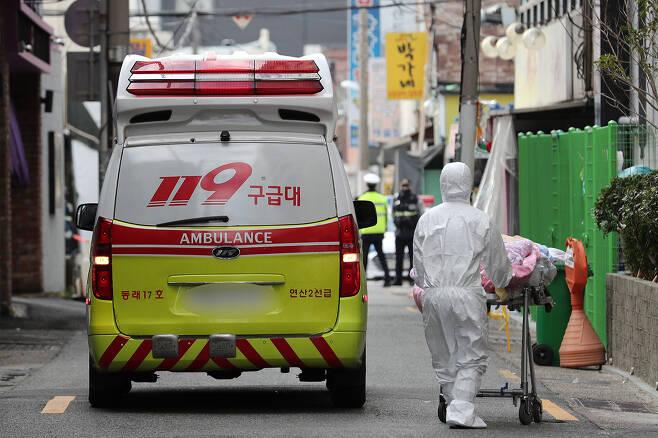 ⓒ연합뉴스2월26일 코호트 격리된 부산 아시아드 요양병원의 중증 환자가 부산의료원으로 이송되고 있다.