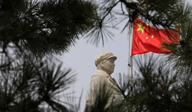 ⓒ홍콩 <사우스차이나 모닝포스트> 홈페이지 갈무리중국 전·현직 최고지도자의 비공개 회의가 열리는 베이다이허에 세워져 있는 마오쩌둥 동상.