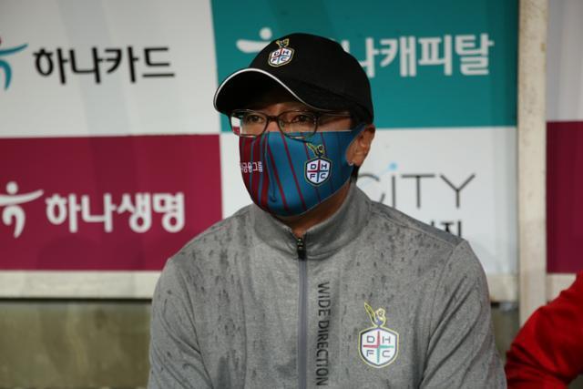 황선홍 전 대전 감독이 6일 대전월드컵경기장에서 열린 하나원큐 K리그2 2020 부천과의 경기를 지켜보고 있다. 황 감독은 이 경기 이후 사임 의사를 밝혔고, 8일 사임했다. 프로축구연맹 제공