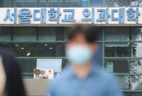 서울대학교 의과대학 재학생 10명 중 7명이 동맹휴학과 의사국가고시 거부를 지속하는 데 반대하는 것으로 나타났다. 당장 국가고시를 치러야 하는 본과 4학년생은 10명 중 8명이 반대했다.뉴스1