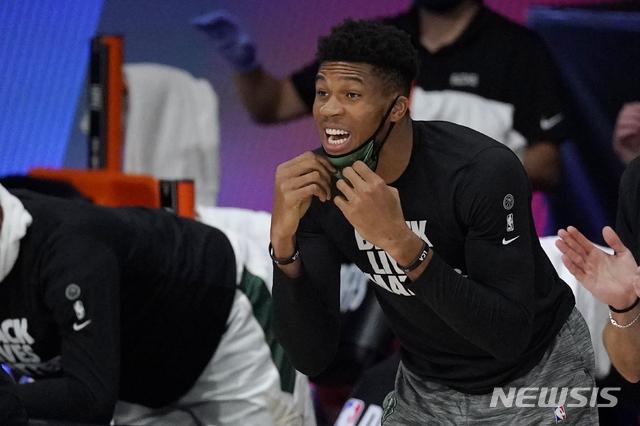 [올랜도=AP/뉴시스]밀워키가 9일(한국시간) 미국 플로리다주 올랜도의 필드 하우스에서 열린 마이애미 히트와의 2019~2020 미국프로농구(NBA) 동부콘퍼런스 플레이오프 2라운드(7전4선승제) 5차전에서 94-103으로 패해 1승4패로 탈락했다. 에이스 아데토쿤보는 발목 부상으로 결장했다. 벤치에 앉아 동료들을 응원했다.