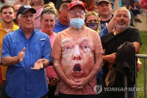 트럼프 대통령 연설 지켜보는 유권자(자료사진) [로이터=연합뉴스]